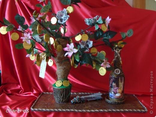 """Вот такой подарок решили преподнести  одноклассники имениннику))) Это денежное дерево, машинка с ракетной установкой(в память о службе в ПВО) и бутылочка с грузинским """"горючим""""))) фото 1"""