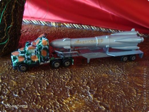 """Вот такой подарок решили преподнести  одноклассники имениннику))) Это денежное дерево, машинка с ракетной установкой(в память о службе в ПВО) и бутылочка с грузинским """"горючим""""))) фото 4"""