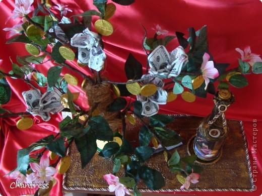 """Вот такой подарок решили преподнести  одноклассники имениннику))) Это денежное дерево, машинка с ракетной установкой(в память о службе в ПВО) и бутылочка с грузинским """"горючим""""))) фото 2"""