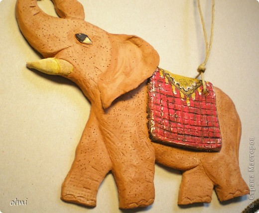 """Заказали мне слона-подвеску. Дали размер и сказали """"повеселее"""". Я решила, что повеселее - это настроение у слона получше :-). Не знаю, права ли я в данном случае...Размер - 20х15 см. фото 2"""