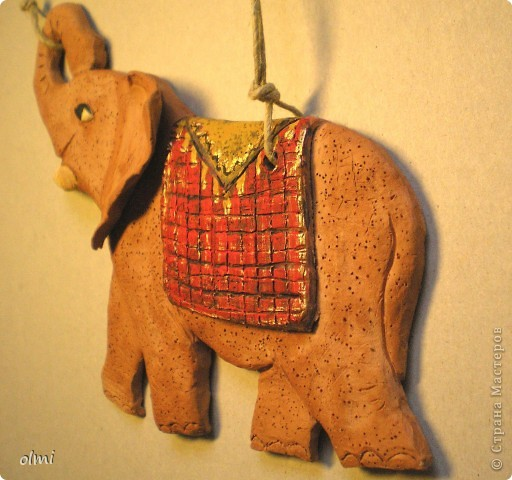 """Заказали мне слона-подвеску. Дали размер и сказали """"повеселее"""". Я решила, что повеселее - это настроение у слона получше :-). Не знаю, права ли я в данном случае...Размер - 20х15 см. фото 3"""