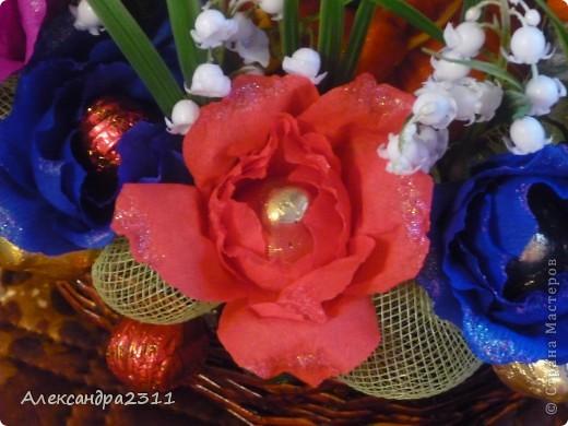 Нужен был срочно подарок на день рождения, вот что вышло за два дня работы))) цветочек-игрушка поёт песенку,а в розочках конфетки))) корзина сплетена из газетных трубочек. Всем большое спасибо за внимание))) фото 2