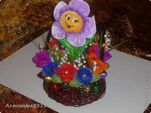 Нужен был срочно подарок на день рождения, вот что вышло за два дня работы))) цветочек-игрушка поёт песенку,а в розочках конфетки))) корзина сплетена из газетных трубочек. Всем большое спасибо за внимание))) фото 1