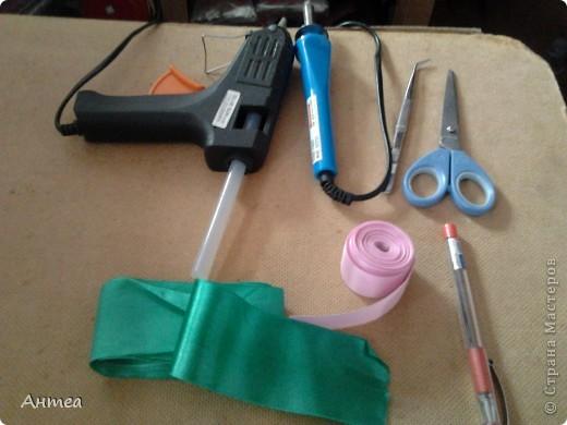 Это материалы и инструменты что нам будут нужны.  Лента широкая 5-6 см для листьев, лента узкая 2,5-3 см для цветка. фото 1