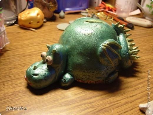 На год дракона сделала копилочку)))Миф такой :Дракон, охраняющий денюшку,(так как лежит на ней)не может сойти с места и лишь облизывается при виде косточки)) фото 3