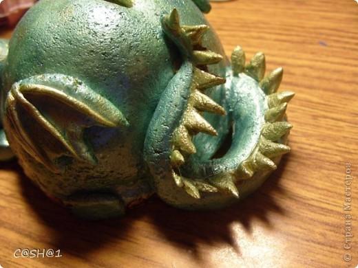 На год дракона сделала копилочку)))Миф такой :Дракон, охраняющий денюшку,(так как лежит на ней)не может сойти с места и лишь облизывается при виде косточки)) фото 4