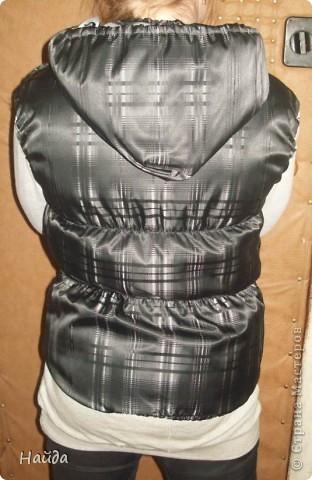 теплый жилет на синтепоне с капюшоном фото 3