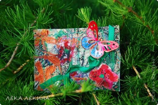 Под лучиками весеннего солнышка (еще в мае, но показать не могла) родилась эта мини-серия с бабочками. Основа нежнейшая ткань с ручной росписью (это я себе тунику шила...тунику не дошила, а вот карточки сделала:)), на ткани машинная строчка, цветы из ткани, объемный контур-металлик и роспись акрилом по ткани. Бабочки пришиты - раскрашены акварелью и покрыты глосси-лаком. Карточки уже все имеют хозяек и отправлены. Если серия понравится, то возможно будет продолжение. фото 2