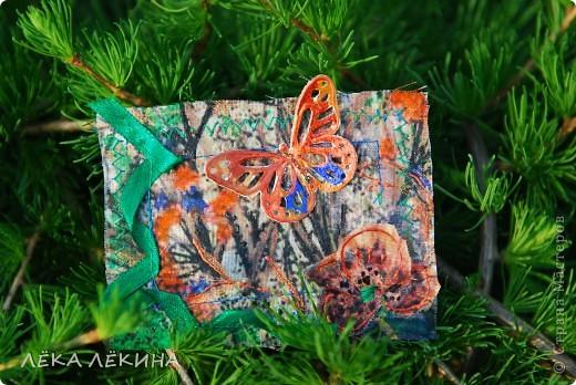 Под лучиками весеннего солнышка (еще в мае, но показать не могла) родилась эта мини-серия с бабочками. Основа нежнейшая ткань с ручной росписью (это я себе тунику шила...тунику не дошила, а вот карточки сделала:)), на ткани машинная строчка, цветы из ткани, объемный контур-металлик и роспись акрилом по ткани. Бабочки пришиты - раскрашены акварелью и покрыты глосси-лаком. Карточки уже все имеют хозяек и отправлены. Если серия понравится, то возможно будет продолжение. фото 3