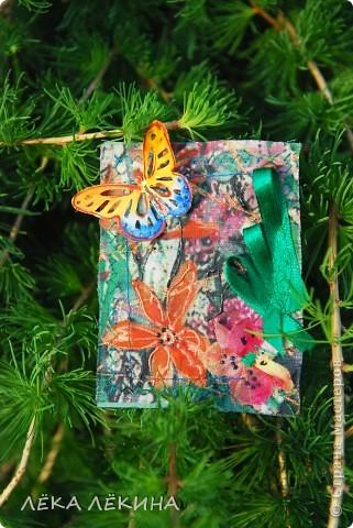 Под лучиками весеннего солнышка (еще в мае, но показать не могла) родилась эта мини-серия с бабочками. Основа нежнейшая ткань с ручной росписью (это я себе тунику шила...тунику не дошила, а вот карточки сделала:)), на ткани машинная строчка, цветы из ткани, объемный контур-металлик и роспись акрилом по ткани. Бабочки пришиты - раскрашены акварелью и покрыты глосси-лаком. Карточки уже все имеют хозяек и отправлены. Если серия понравится, то возможно будет продолжение. фото 4