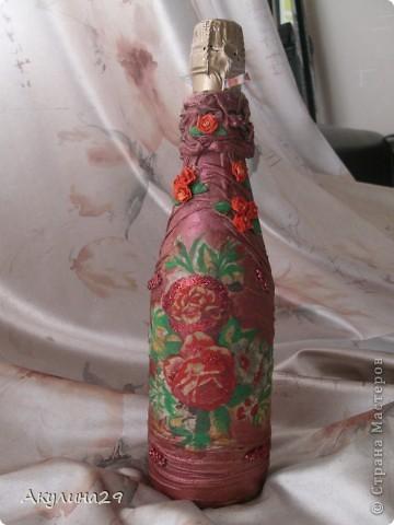 Эту бутылочку попросили сделать на день рождения,делала быстро(для меня) за один день.Цветочки из пластики тоже делала сама.  фото 1