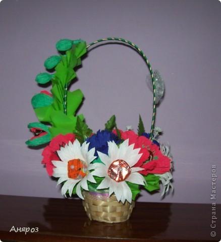 Эта корзинка сделана на заказ. Заказчица сама определила, какие цветы должны быть и одно  условие, чтобы можно в корзинку насыпать конфет.  фото 1