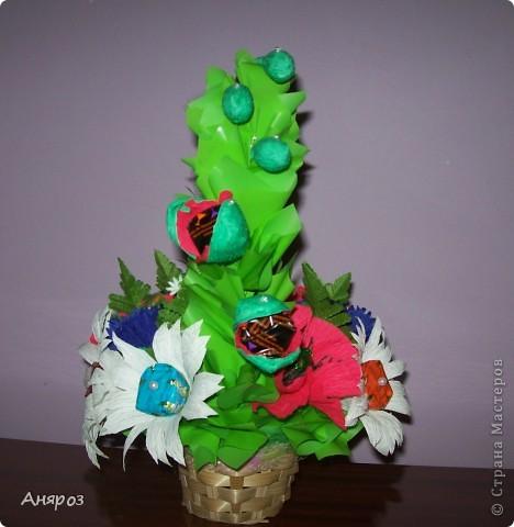 Эта корзинка сделана на заказ. Заказчица сама определила, какие цветы должны быть и одно  условие, чтобы можно в корзинку насыпать конфет.  фото 2