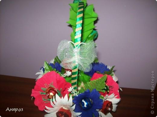 Эта корзинка сделана на заказ. Заказчица сама определила, какие цветы должны быть и одно  условие, чтобы можно в корзинку насыпать конфет.  фото 3