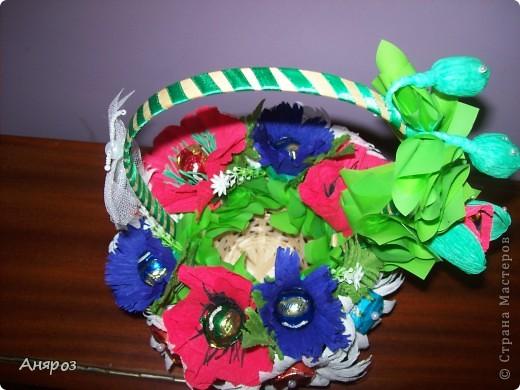 Эта корзинка сделана на заказ. Заказчица сама определила, какие цветы должны быть и одно  условие, чтобы можно в корзинку насыпать конфет.  фото 4