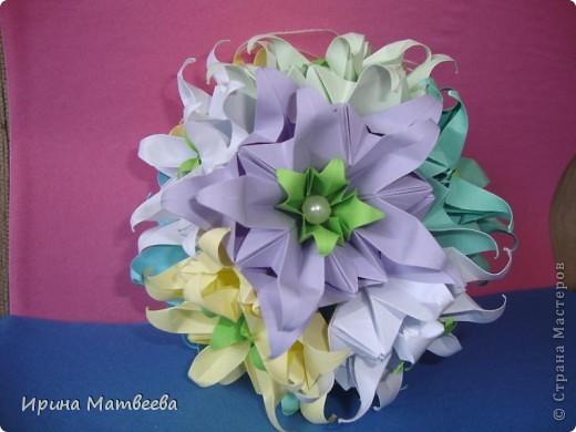 Собрались у меня два цветика- семицветика. Один -  кусудама Romantic Татьяны Высочиной          ( http://pics.livejournal.com/tigreshenka/gallery/0001615k), второй - Пассифлора Екатерины Лукашевой ( http://kusudama.me/#/Passiflora/Passiflora-curly/pass6).. В кусудаме   Romantic я прибавила в цветочках серединки - это не вывернутый модуль супершар.  фото 2