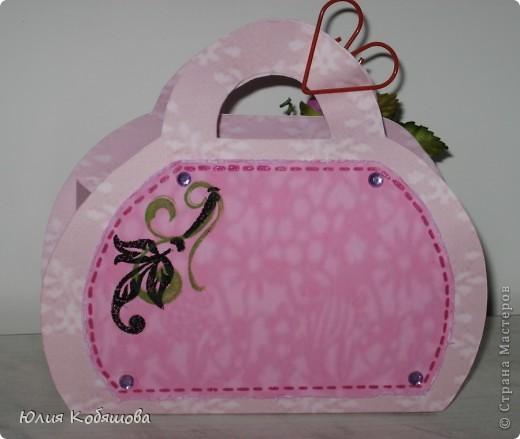 Вот у меня родилась сумочка в комплект к открыточке, которую я показывала вот здесь http://stranamasterov.ru/node/370596. Как уже говорила, и открыточку и сумочку сделала в подарок хорошенькой девочке, конкретно в сумочку положим заколочки, надеюсь понравятся. фото 3