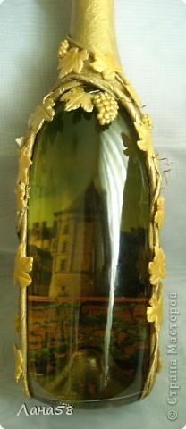 """и я решила бутылочку попробовать декорировать.....техники всем известные .Обратный декупаж (фото старинного замка и виноградник на переднем плане,жалко ,что плохо видно),стебли в технике """"Пейп-арт""""(http://stranamasterov.ru/node/308701?c=favorite),листья-холодный фарфор. фото 2"""