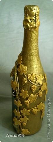 """и я решила бутылочку попробовать декорировать.....техники всем известные .Обратный декупаж (фото старинного замка и виноградник на переднем плане,жалко ,что плохо видно),стебли в технике """"Пейп-арт""""(http://stranamasterov.ru/node/308701?c=favorite),листья-холодный фарфор. фото 3"""