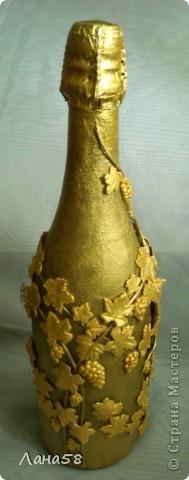 """и я решила бутылочку попробовать декорировать.....техники всем известные .Обратный декупаж (фото старинного замка и виноградник на переднем плане,жалко ,что плохо видно),стебли в технике """"Пейп-арт""""(http://stranamasterov.ru/node/308701?c=favorite),листья-холодный фарфор. фото 4"""