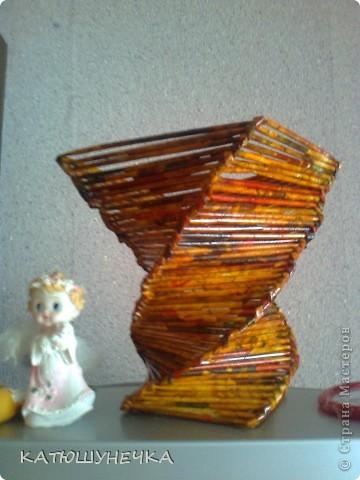 осваиваю технику плетение из журнальных трубочек! это первая ваза косым плетением фото 1