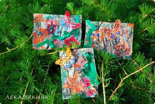 Под лучиками весеннего солнышка (еще в мае, но показать не могла) родилась эта мини-серия с бабочками. Основа нежнейшая ткань с ручной росписью (это я себе тунику шила...тунику не дошила, а вот карточки сделала:)), на ткани машинная строчка, цветы из ткани, объемный контур-металлик и роспись акрилом по ткани. Бабочки пришиты - раскрашены акварелью и покрыты глосси-лаком. Карточки уже все имеют хозяек и отправлены. Если серия понравится, то возможно будет продолжение. фото 1