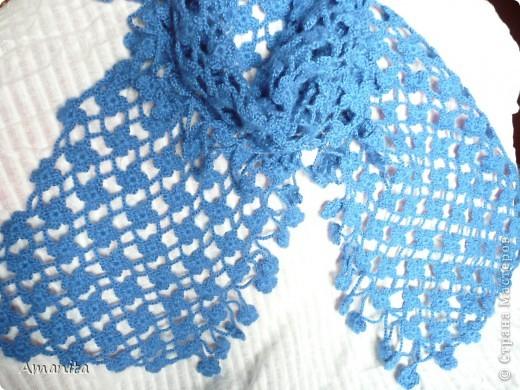 Связался такой нарядный шарфик, похожий на букет незабудок. Пряжа с ангорой, 100 г, крючок №2. Размер шарфа 140 х 21, плюс кайма 6 см. На фотографии цвет исказился - на самом деле более синий.  фото 3