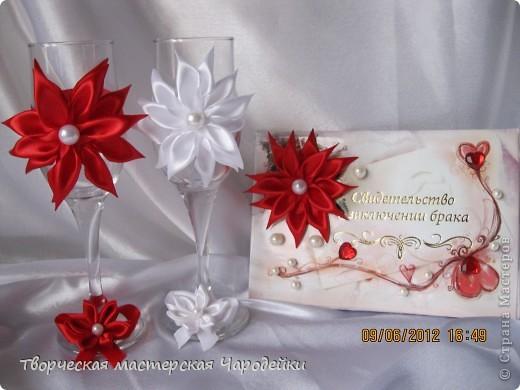 Была заказана бело-красная коллекция, но все варианты оформления фужеров невесте не нравились, пришлось соображать что-то новое..... Невеста осталась очень довольна... А что скажут профессионалы? Можно ли такую модель ставить на поток?