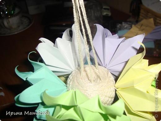 Собрались у меня два цветика- семицветика. Один -  кусудама Romantic Татьяны Высочиной          ( http://pics.livejournal.com/tigreshenka/gallery/0001615k), второй - Пассифлора Екатерины Лукашевой ( http://kusudama.me/#/Passiflora/Passiflora-curly/pass6).. В кусудаме   Romantic я прибавила в цветочках серединки - это не вывернутый модуль супершар.  фото 6