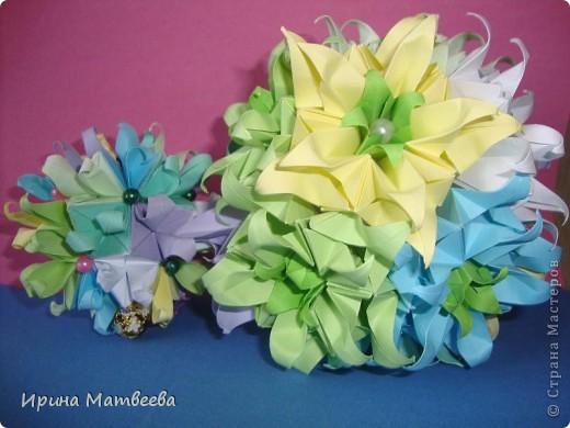 Собрались у меня два цветика- семицветика. Один -  кусудама Romantic Татьяны Высочиной          ( http://pics.livejournal.com/tigreshenka/gallery/0001615k), второй - Пассифлора Екатерины Лукашевой ( http://kusudama.me/#/Passiflora/Passiflora-curly/pass6).. В кусудаме   Romantic я прибавила в цветочках серединки - это не вывернутый модуль супершар.  фото 1