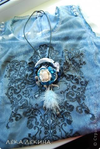 Купила платье - конечно не чистое бохо, но все же:) градиент от синего к белому. Вот сделалась к нему такая штучка, типа подвески на шею, но длинной. С удовольствием послушаю критику, это мой первый опыт в делании подобных штуковин:)  Итак подвеска: сделала на каучуковых  шнурах с регулируемой по высоте пряжкой. Т.е. цветок может быть прям у шеи или же как кулон на груди. Фурнитура серебро, причем потемневшее от времени - чистить не стала:) фото 4
