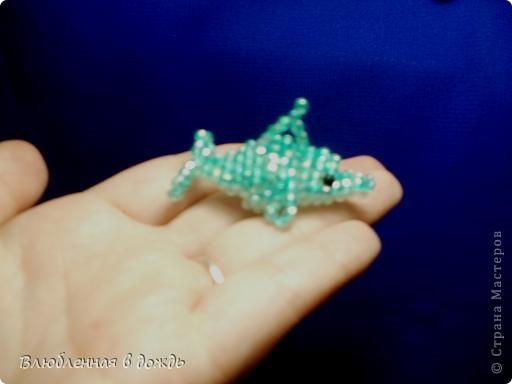 Добрый вечер!!! Вот таких милашек-дельфинчиков, можно сделать за несколько часов: Стоит, сразу же отметить, что делаются они на леске (я использую 0,30мм- она лучше форму держит) фото 2