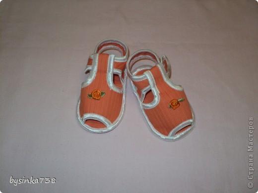 Такие крохотные босоножки я шила своей маленькой дочурке. Нам 5,5 месяцев, ходить мы еще пока не умеем, но мне очень нравится, как на детских ножках смотрится такая крохотная обувка! Тем более, что на рынке такого не купишь...  Выкройки нашла на бескрайних просторах интернета. фото 1
