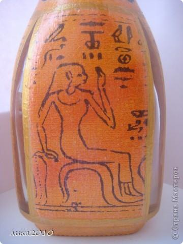 Принесли графинчик и попросили его приукрасить. В желто-оранжевой гамме с египетскими мотивами.Когда-то что-то подобное делала ( http://stranamasterov.ru/node/187113 ), но повторяться полностью не захотела да и форма другая...Салфетка, распечатка иероглифов, золотая краска, лак... Пробочку оклеила жатой салфеткой. На бочках оставила окошечки для контроля за жидкостью. фото 2