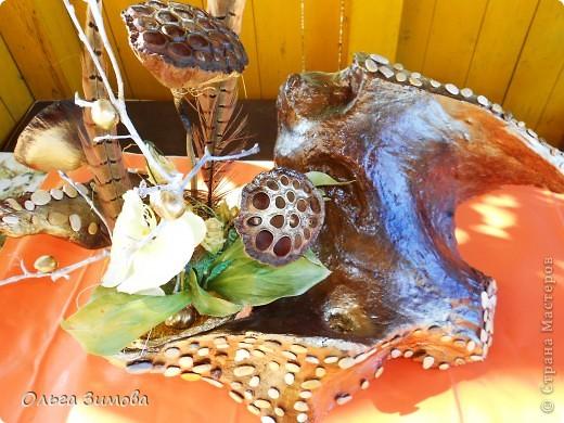 """Вот и ещё одна старая коряга пригодилась... Сделала на подарок вот такую композицию. В закромах давно пылилась коряга, напоминавшая птицу.  После окончательной обработки я декорировала её морскими камушками. Корзиночку с цветами подобрала и сделала  по размеру отверстия в коряге. Корзиночка съемная. Саму""""птицу"""" можно ещё использовать и как кашпо под цветы. Что получилось смотрите сами. Подарок вроде понравился.. фото 1"""