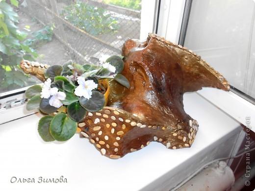 """Вот и ещё одна старая коряга пригодилась... Сделала на подарок вот такую композицию. В закромах давно пылилась коряга, напоминавшая птицу.  После окончательной обработки я декорировала её морскими камушками. Корзиночку с цветами подобрала и сделала  по размеру отверстия в коряге. Корзиночка съемная. Саму""""птицу"""" можно ещё использовать и как кашпо под цветы. Что получилось смотрите сами. Подарок вроде понравился.. фото 13"""