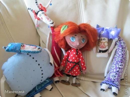 """Помните, я вам говорила, что мои козы http://stranamasterov.ru/node/354526  участвовали в конкурсе и были отмечены жюри, и я получила приглашение стать дизайнером на следующий конкурс. Нужно было сшить игрушку...Думала я не долго. Давно мои девчонки просили к козам сделать еще и мальчишечку, который есть в мультике """"козья хатка"""", но я отнекивалась...А здесь появился """"волшебный пинок"""")))... Короче, вот он - долгожданный герой Василёк фото 10"""