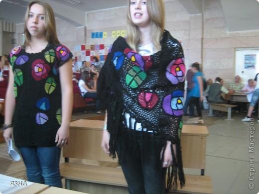 Мои ученицы- Валерия и Анастасия (8 класс). Работали в одной технике, с одинаковыми мотивами, но разными нитками: туника связана ирисом, а шаль толстым акрилом. фото 1