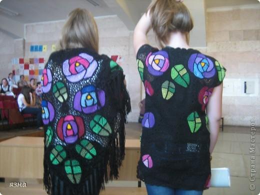 Мои ученицы- Валерия и Анастасия (8 класс). Работали в одной технике, с одинаковыми мотивами, но разными нитками: туника связана ирисом, а шаль толстым акрилом. фото 2