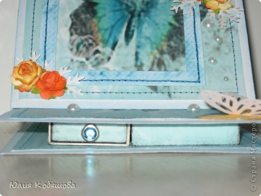 Смастерила рамочку-стойку для маленькой фотографии одной хорошей знакомой. Надеюсь ей понравится и она вставит какое-нибудь милое фото: свое, или своей дочки. Думаю все поняли, что фото надо будет вставить вот в этот синий прямоугольник, слева есть для этого разрез. фото 4