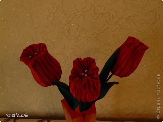 Остатки гофрированной ткани превратились в тюльпаны фото 3