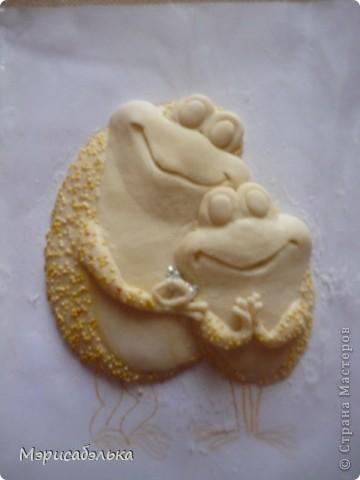 Увидела я как-то в интернете картинку с симпатишными лягушками и решила сделать их из теста в подарок одной из мастериц СМ.Теперь эти красотули уже живут в Москве. Самой лягушки очень понравились и сделала я  себе таких же ,и вам покажу как творила,может пригодится кому. фото 29