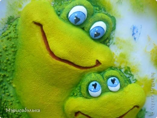 Увидела я как-то в интернете картинку с симпатишными лягушками и решила сделать их из теста в подарок одной из мастериц СМ.Теперь эти красотули уже живут в Москве. Самой лягушки очень понравились и сделала я  себе таких же ,и вам покажу как творила,может пригодится кому. фото 43
