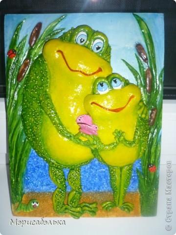 Увидела я как-то в интернете картинку с симпатишными лягушками и решила сделать их из теста в подарок одной из мастериц СМ.Теперь эти красотули уже живут в Москве. Самой лягушки очень понравились и сделала я  себе таких же ,и вам покажу как творила,может пригодится кому. фото 1
