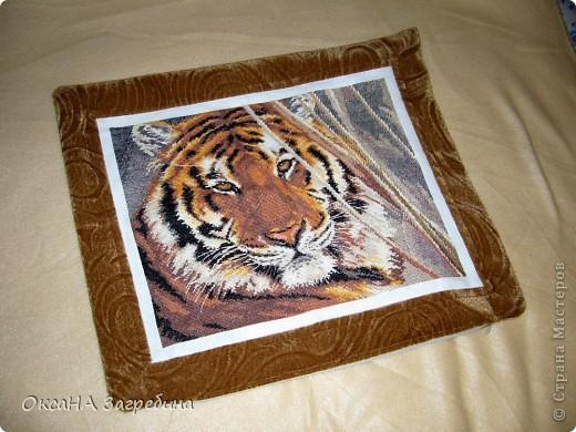 Это, в сущности, работа моей невестки. Она вышивала этого красавца тигра! А я лишь оформила всё это как наволочку на подушку.  фото 2