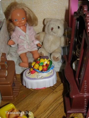 Доброго времени суток всем, заглянувшим в гости! Гостей я всегда жду с нетерпением и всем вам рада! Кукол мы с дочкой любим так же трепетно, как и домики! Знакомьтесь, это - Шурочка. Куколку дочке подарила соседская девочка, когда перестала играть в них. Инне тогда было года 2, и она почему-то проявила к ней мало интереса, в фаворе в то время были пупсы - дети, которых можно было пеленать, кормить из соски и качать в коляске. Несправедливо заброшенную малышку мы сунули в пакет с бетманами сына и забыли о ней на время... Зато сколько радости было сейчас, когда мы ее нашли!!! Мы ее выкупали, расчесали (волосы у девочки чудесные!), нашили и навязали одежек и сделали ей крохотную комнатку в кукольном доме, поскольку кукла от наших барби и пупсов отличается и подселить ее в чью-то комнату ну ни как не получалось. фото 12