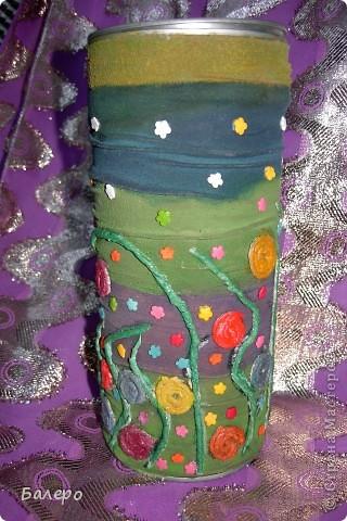 Была коробка с под конфет, решила как-нибудь ее украсить,посмотрела по сайту и увидела как из капроновых колгот,делают сжатую ткань,и из газеты мокрой крутят трубочки,вот и пришла мысля))) конечно не так красиво получилось! ну что есть))) фото 1
