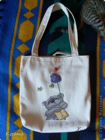 Очень хотелось себе эко-сумку. И совместными усилиями с мамой пошилась такая сумочка. На фото попала филейная часть моего помощника) фото 1