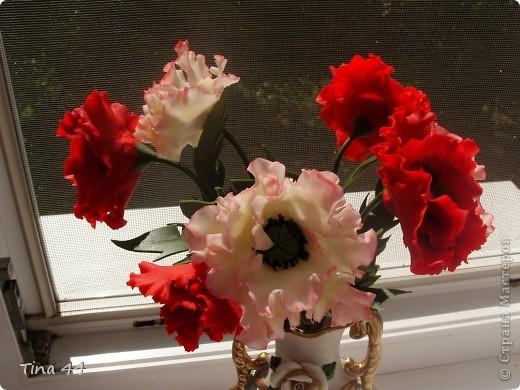 Рада всем.кто обратил на меня внимание!Пока сохнут плетенки,слепила маки.Очень мне нравится их делать,и очень люблю этот цветок.Хотела оставить себе,но решила подарить хорошему человеку.Как думаете, не стыдно?Высота вместе с вазой 35 см.Это в комнате при искусственном освещении. фото 3