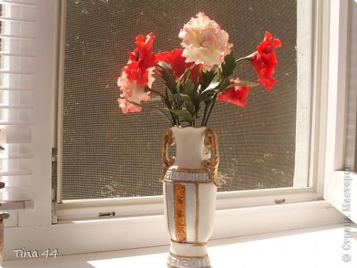 Рада всем.кто обратил на меня внимание!Пока сохнут плетенки,слепила маки.Очень мне нравится их делать,и очень люблю этот цветок.Хотела оставить себе,но решила подарить хорошему человеку.Как думаете, не стыдно?Высота вместе с вазой 35 см.Это в комнате при искусственном освещении. фото 2